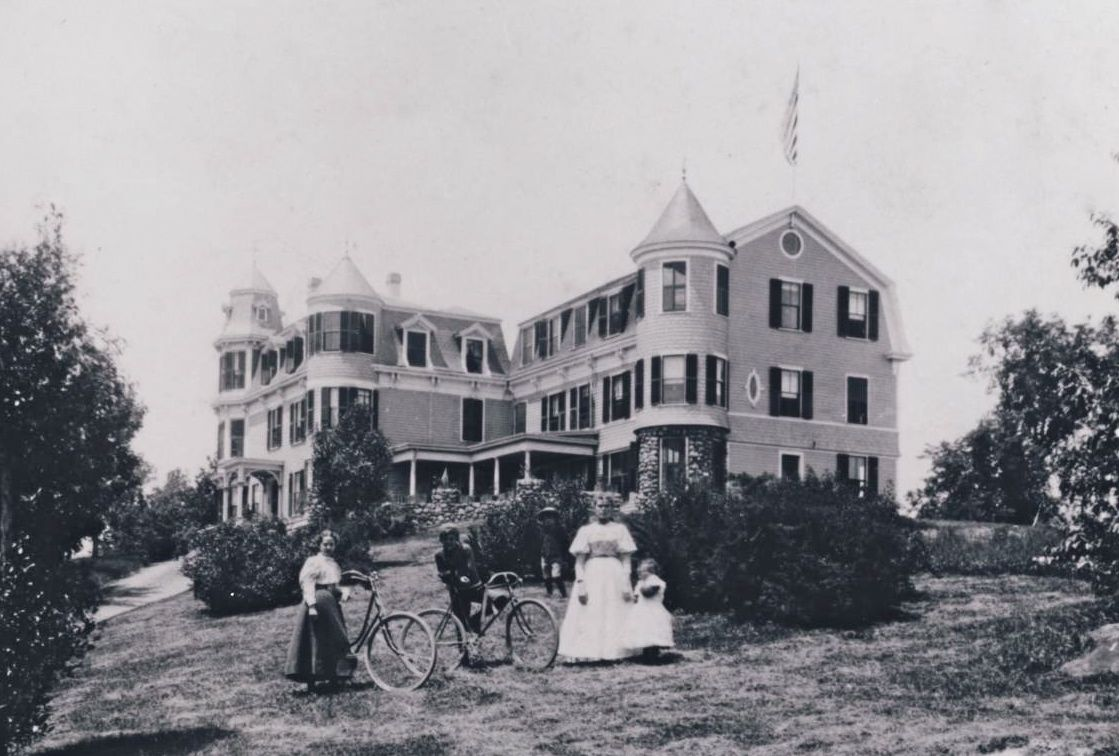 The Glen House Hotel was operated by Willard Jennings in the late 19th and early 20th century